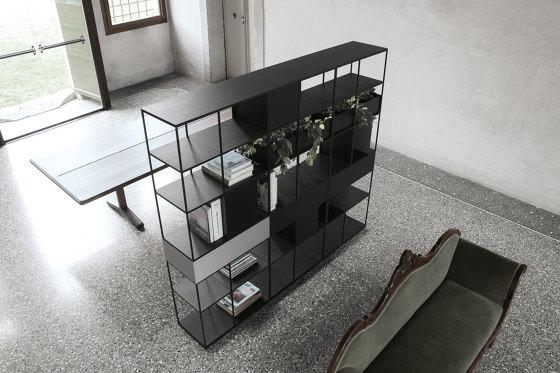 ספריה מעוצבת עם מדפי פח