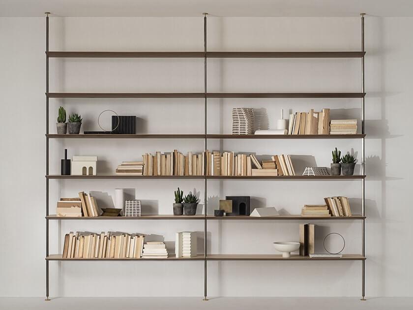 ספריה מעוצבת עם מדפי עץ וצינורות